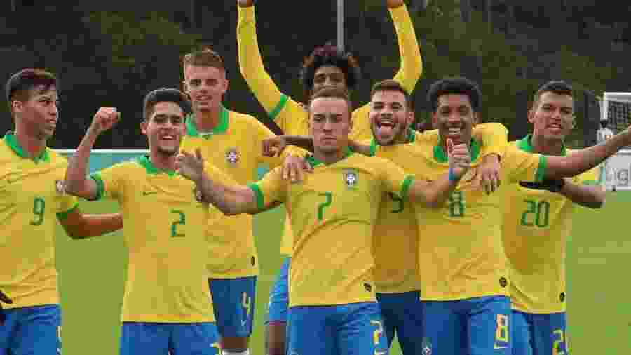 Peglow comemora com com a camisa da seleção brasileira Sub-17 - Bruno Pacheco/CBF