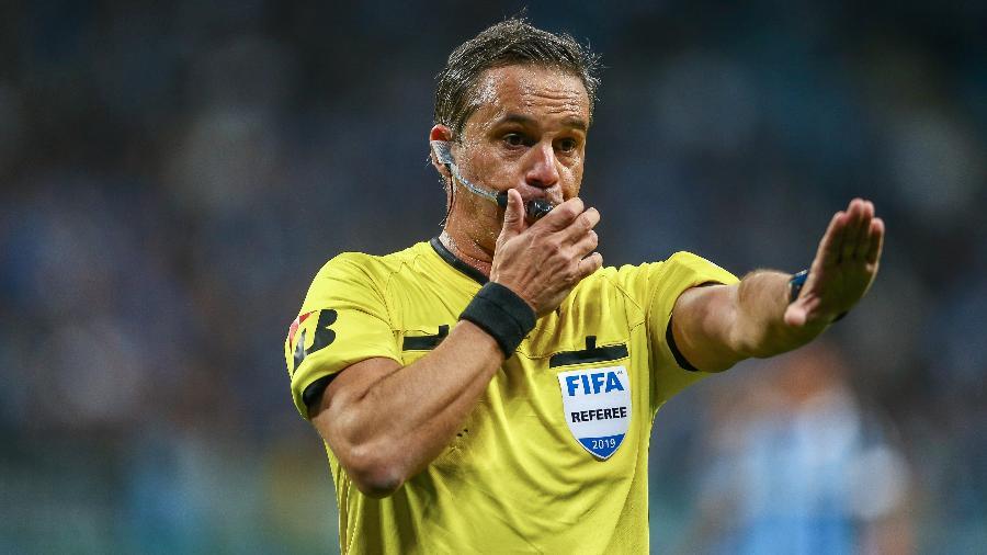 Patricio Loustau, árbitro argentino, terá a missão de conduzir o embate brasileiro na semifinal - Lucas Uebel/Getty Images