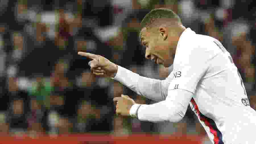 Mbappé comemora após marcar pelo PSG contra o Nice - Valery HACHE / AFP