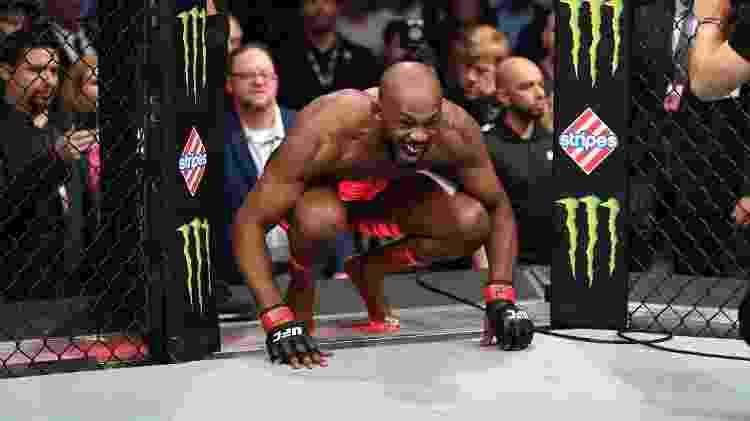 Jon Jones entra no octógono para enfrentar Dominick Reyes - Josh Hedges/Zuffa LLC via Getty Images - Josh Hedges/Zuffa LLC via Getty Images