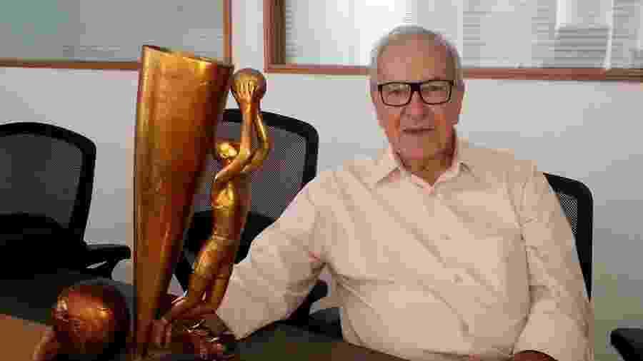 Edio Alves com a taça do Mundial de 1963 - Divulgação/CBB