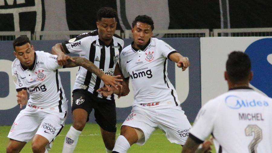 Keno disputa bola com Ederson durante Atlético-MG x Corinthians no primeiro turno - Fernando Moreno/AGIF