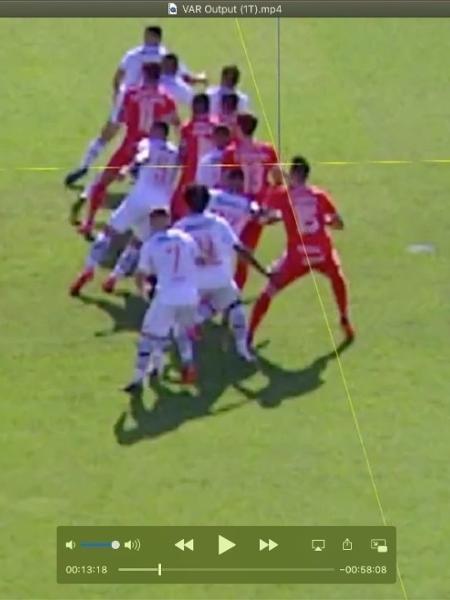 Imagem do dossiê enviado pelo Vasco pedindo anulação do jogo contra o Inter. Intenção é mostrar que ombro de Rodrigo Dourado estaria à frente - Reprodução