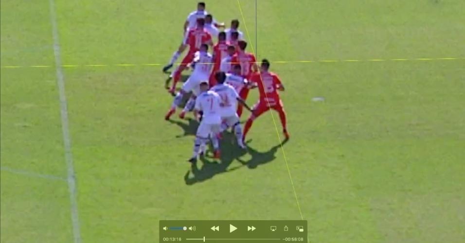Imagem do dossiê enviado pelo Vasco pedindo anulação do jogo contra o Inter. Intenção é mostrar que ombro de Rodrigo Dourado estaria à frente