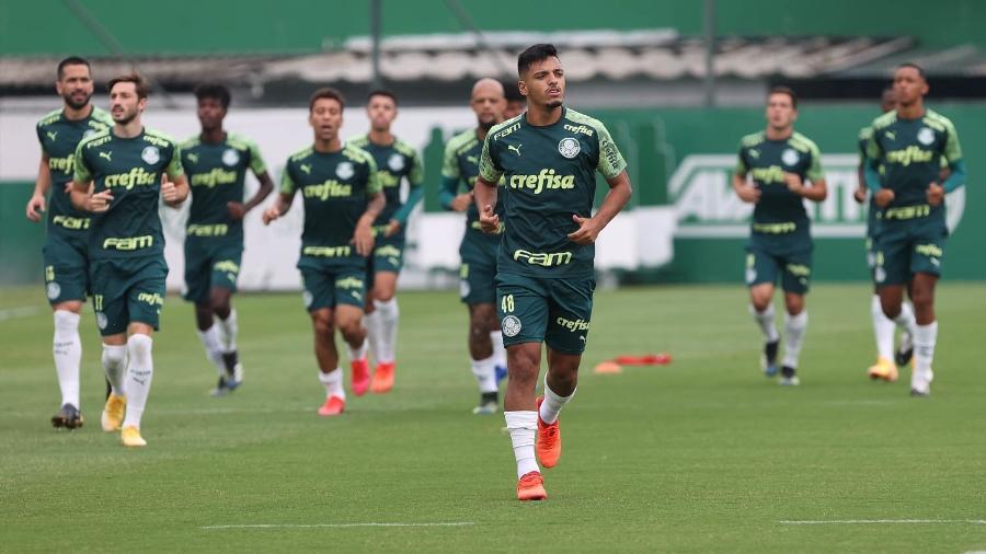 Gabriel Menino corre durante treino do Palmeiras, na Academia de Futebol - Cesar Greco
