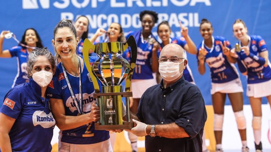 Radames entrega taça para Carol Gattaz - Wander Roberto/Inovafoto/CBV