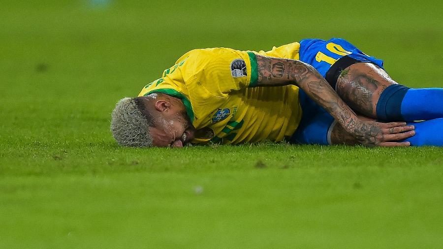 Neymar cai e reclama de dor durante a final da Copa América entre Brasil e Argentina - Thiago Ribeiro/AGIF