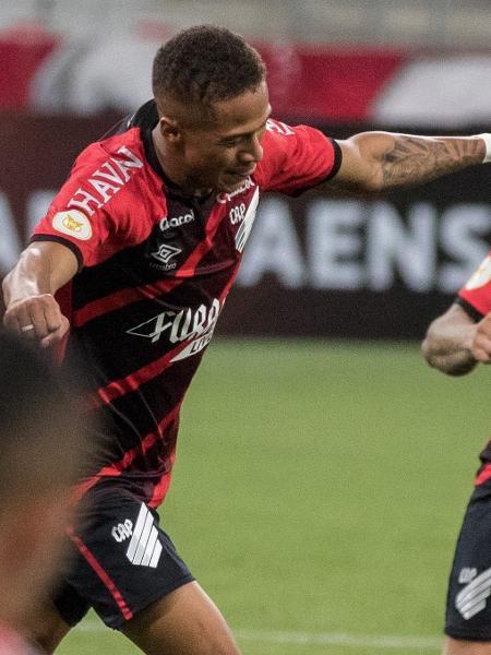 Vitinho tem contrato com o Athletico apenas até julho de 2022 - Robson Mafra/AGIF