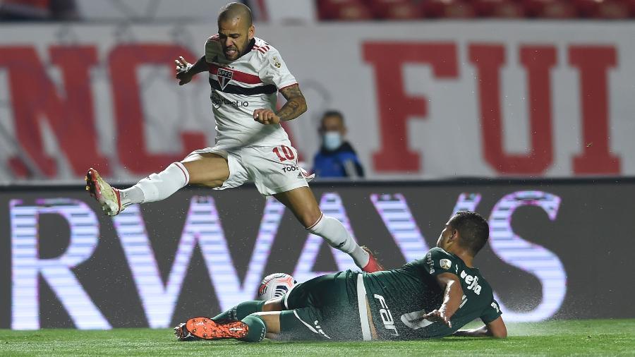 Renan, do Palmeiras, dá carrinho para desarmar Daniel Alves, do São Paulo, no Choque-Rei das quartas da Libertadores 2021. - Staff Images/Conmebol