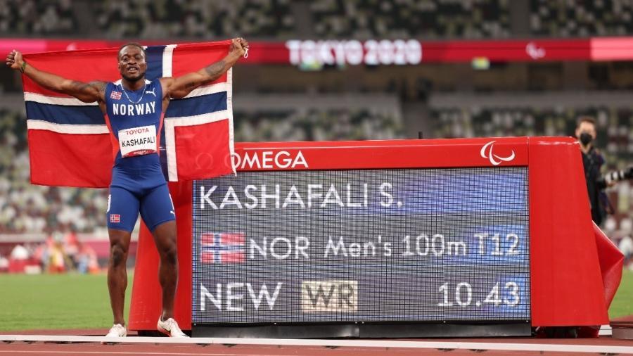 Salum Kashafali após bater o recorde mundial nas Paralimpíadas - Adam Pretty/Getty Images