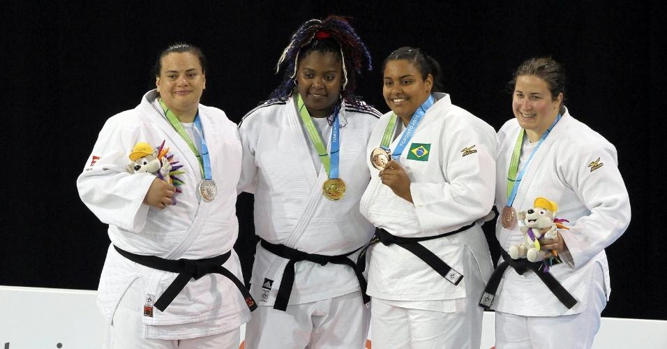 Brasileira Maria Suelen, a terceira da esquerda para direita, com sua medalha de bronze conquistada no judô, categoria acima de 78 kg