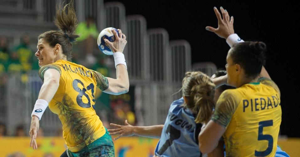 Deonise se prepara para chutar no gol do Uruguai durante a partida pelo handebol feminino