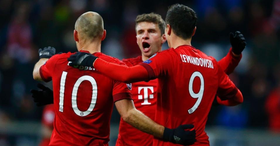 Müller e Arjen Robben comemoram gol de Lewandowski, o segundo do Bayern na partida contra o Olympiacos