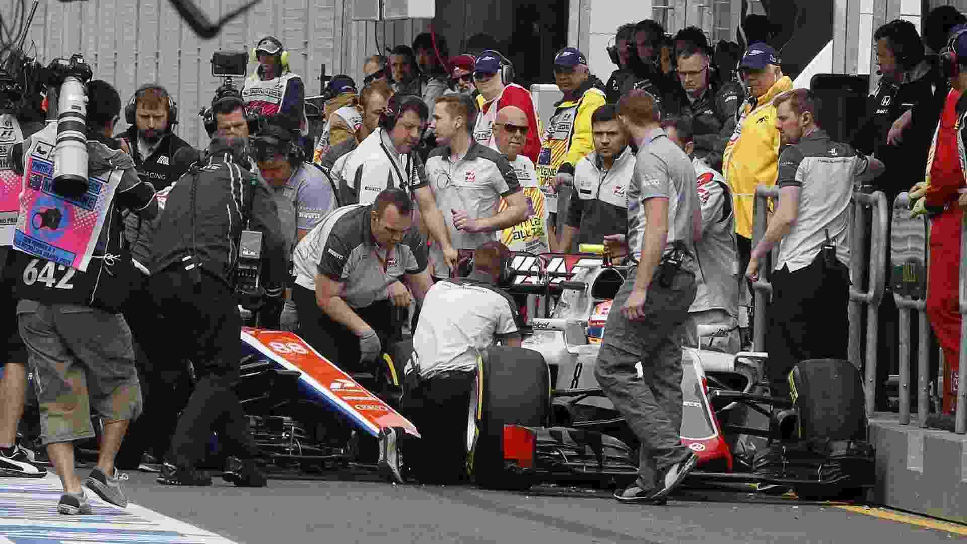 Romain Grosjean, da Haas, e Rio Haryanto, da Manor, se chocaram na saída dos boxes no início do terceiro treino livre - Brandon Malone/Reuters