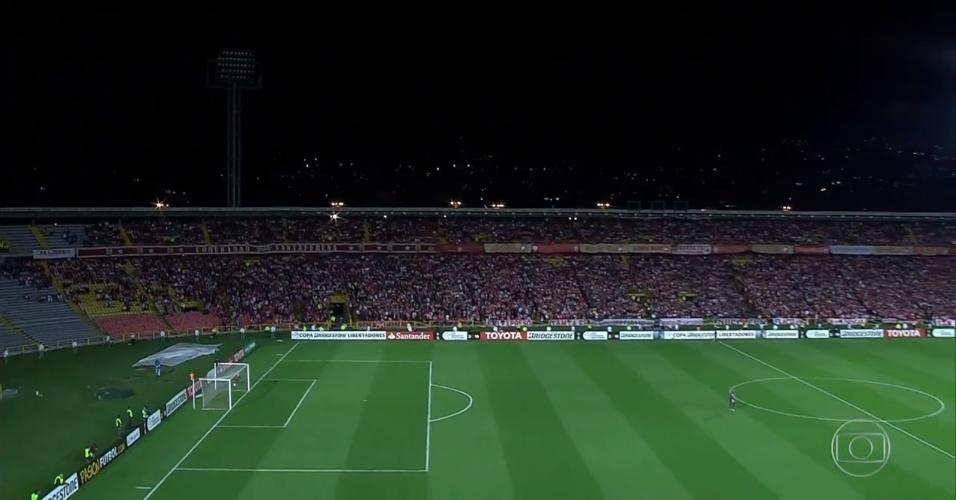 Poste de luz apaga e interrompe jogo entre Corinthians e Santa Fe