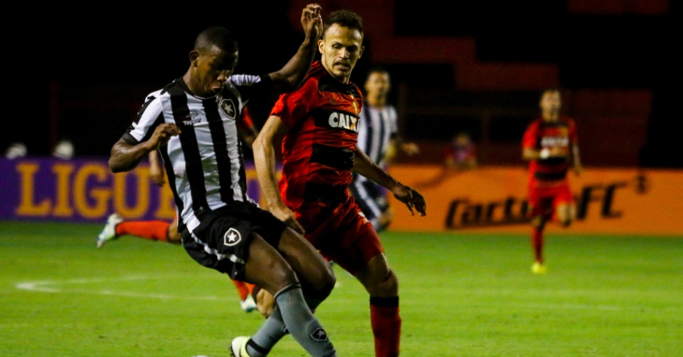 Ribamar, do Botafogo, disputa lance em jogo contra o Sport pelo Campeonato Brasileiro de 2016