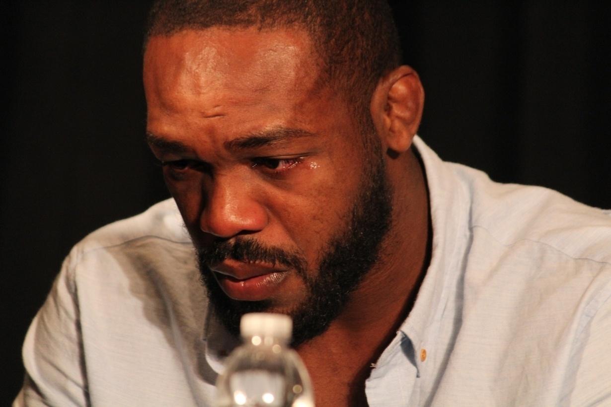 Jon Jones chora durante entrevista após se retirado do UFC 200