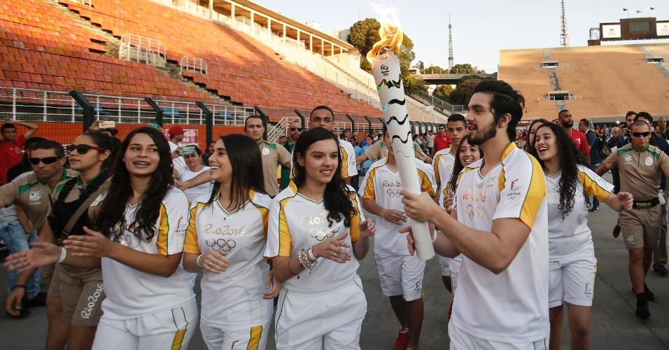 São Paulo - O cantor Luan Santana exibe a tocha olímpica no estádio do Pacaembu durante o revezamento da chama em São Paulo