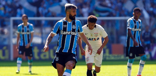 Douglas, do Grêmio, domina a bola marcado por Marquinhos Gabriel, do Corinthians