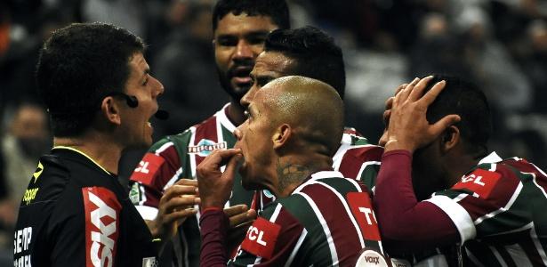 Jogadores do Fluminense reclamam de gol anulado durante jogo contra o Corinthians
