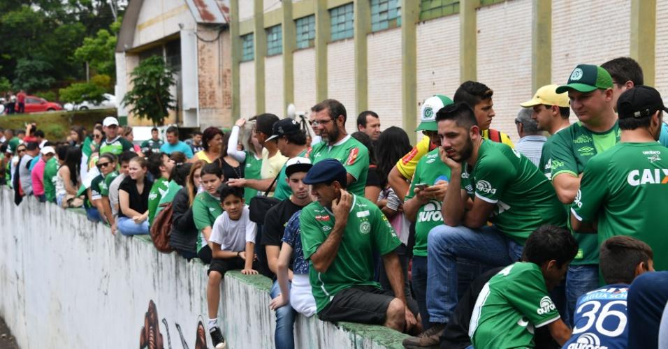 Torcedores prestam homenagem às vítimas do acidente do voo da Chapecoense na Arena Condá