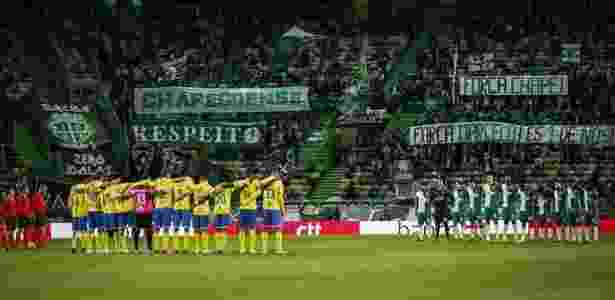 Torcida do Sporting leva faixas em homenagem à Chapecoense - Reprodução/Twitter - Reprodução/Twitter