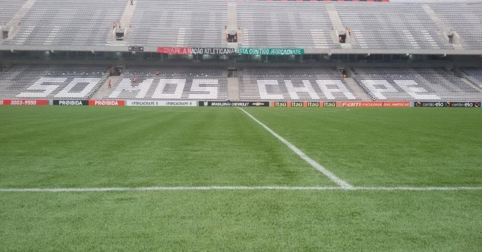 Arena da Baixada homenageia Chapecoense antes de jogo contra o Flamengo