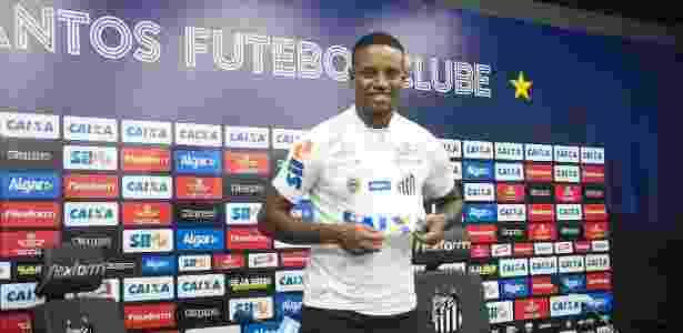 O zagueiro Cleber assinou contrato com o Santos por cinco temporadas - Divulgação/SantosFC