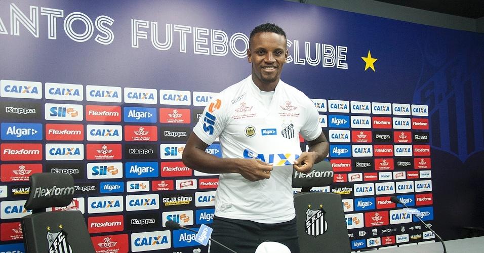O zagueiro Cleber assinou contrato com o Santos por cinco temporadas