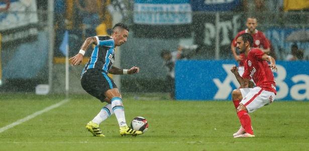 Lucas Barrios tenta driblar Uendel em sua estreia pelo Grêmio