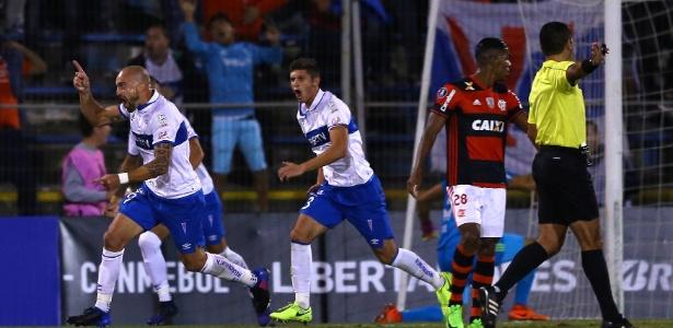 O atacante Santiago Silva comemora o gol da vitória da Universidad Católica