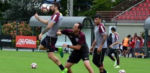 Rogério Ceni marca Lucas Pratto, um dos reforços do São Paulo, em treino no CT da Barra Funda