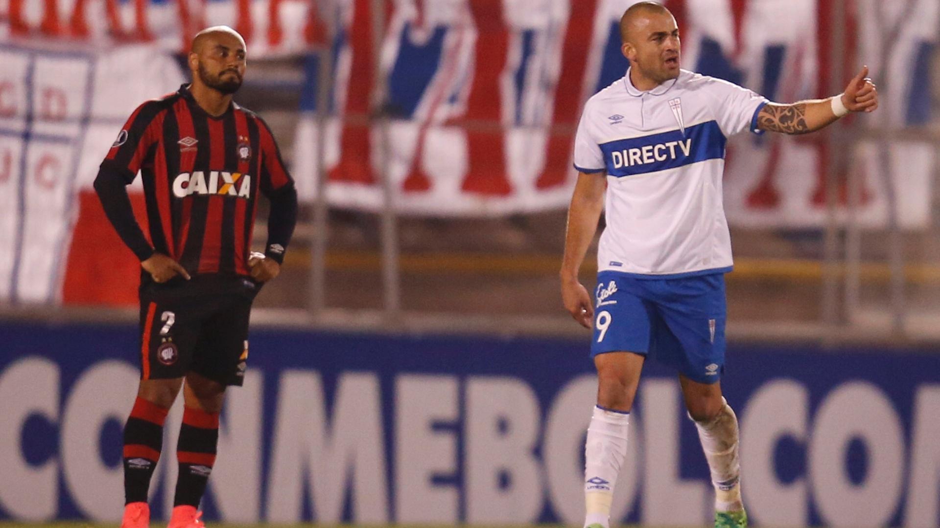 Santiago Silva comemora gol da Universidad Católica contra o Atlético-PR