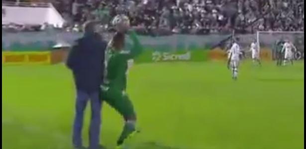 Momento em que Mano tromba com o lateral Reinaldo na beira do gramado