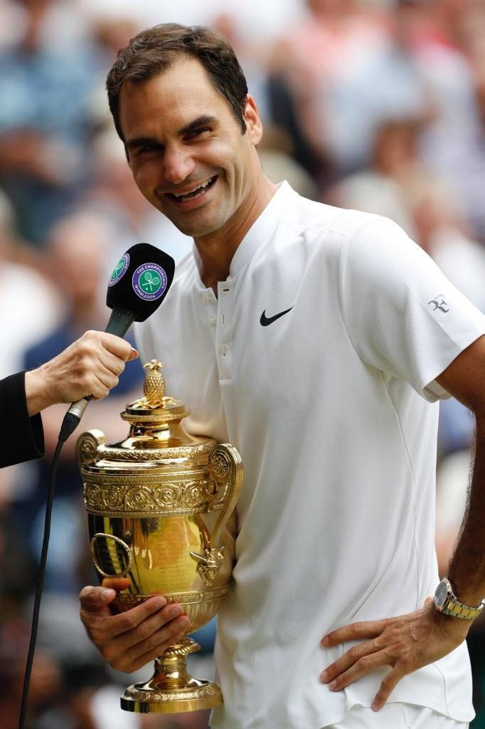 Federer em entrevista na quadra central de Wimbledon depois de ser campeão