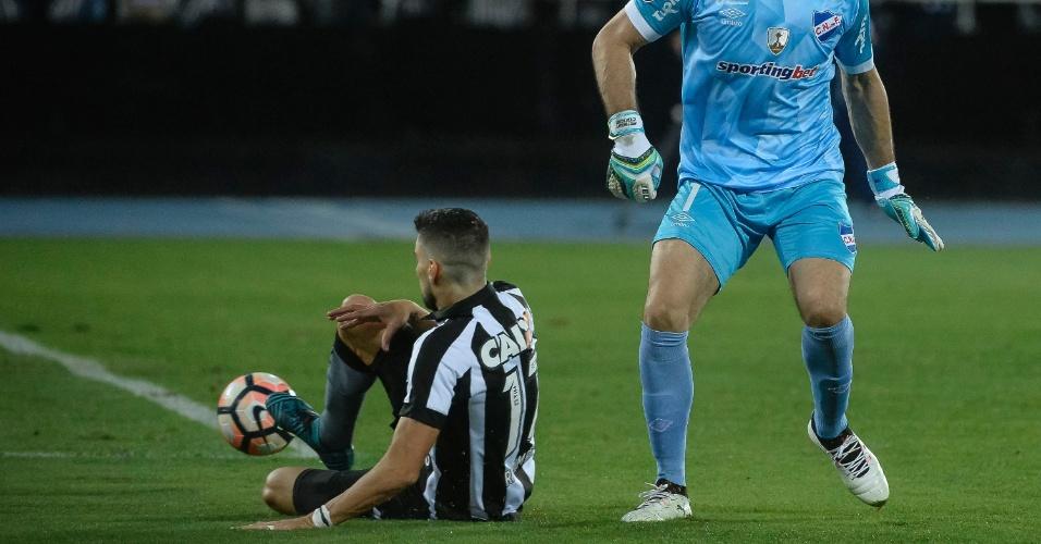 Rodrigo Pimpão aproveita falha do goleiro Conde e do zagueiro para fazer gol do Botafogo contra o Nacional
