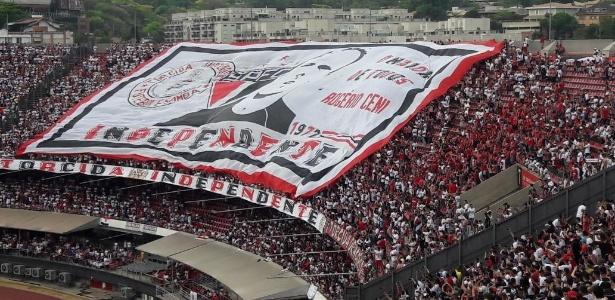 Torcida do São Paulo estende bandeirão com rosto de Rogério Ceni