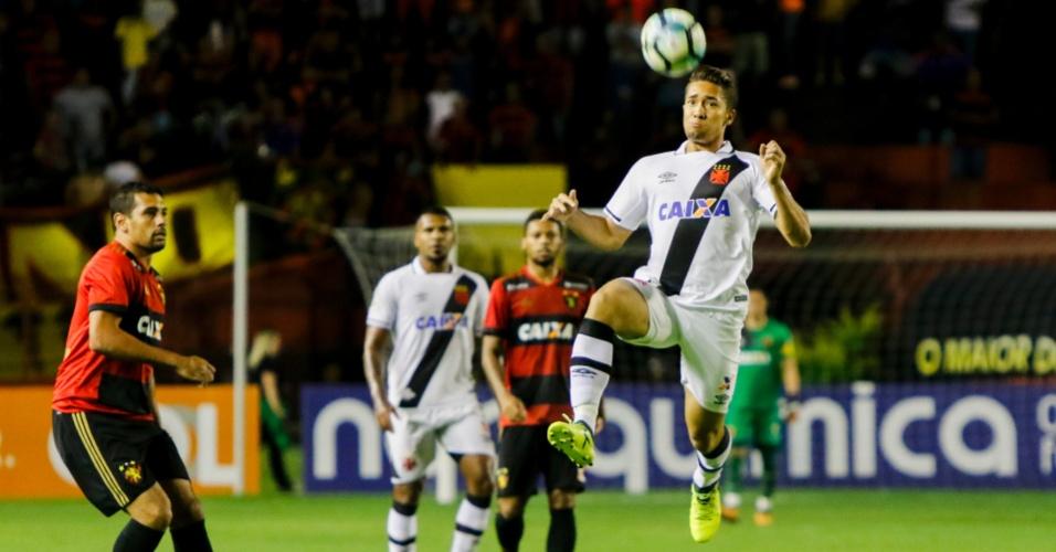 Jean, do Vasco, tenta dominar a bola pelo alto durante o jogo contra o Sport