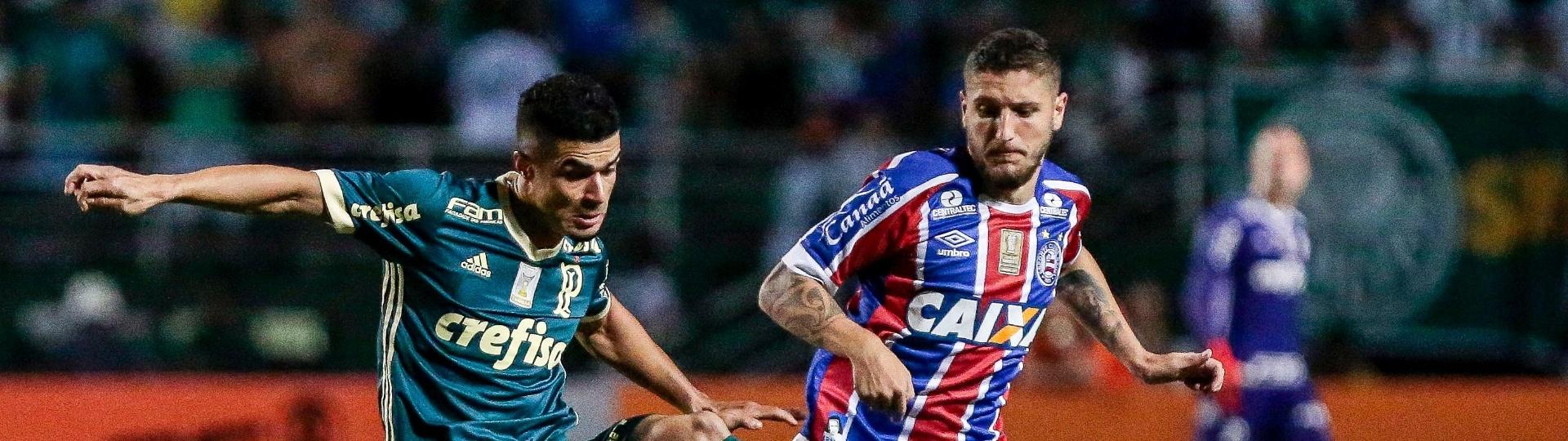 Egídio disputa a bola com Zé Rafael no jogo entre Palmeiras e Bahia