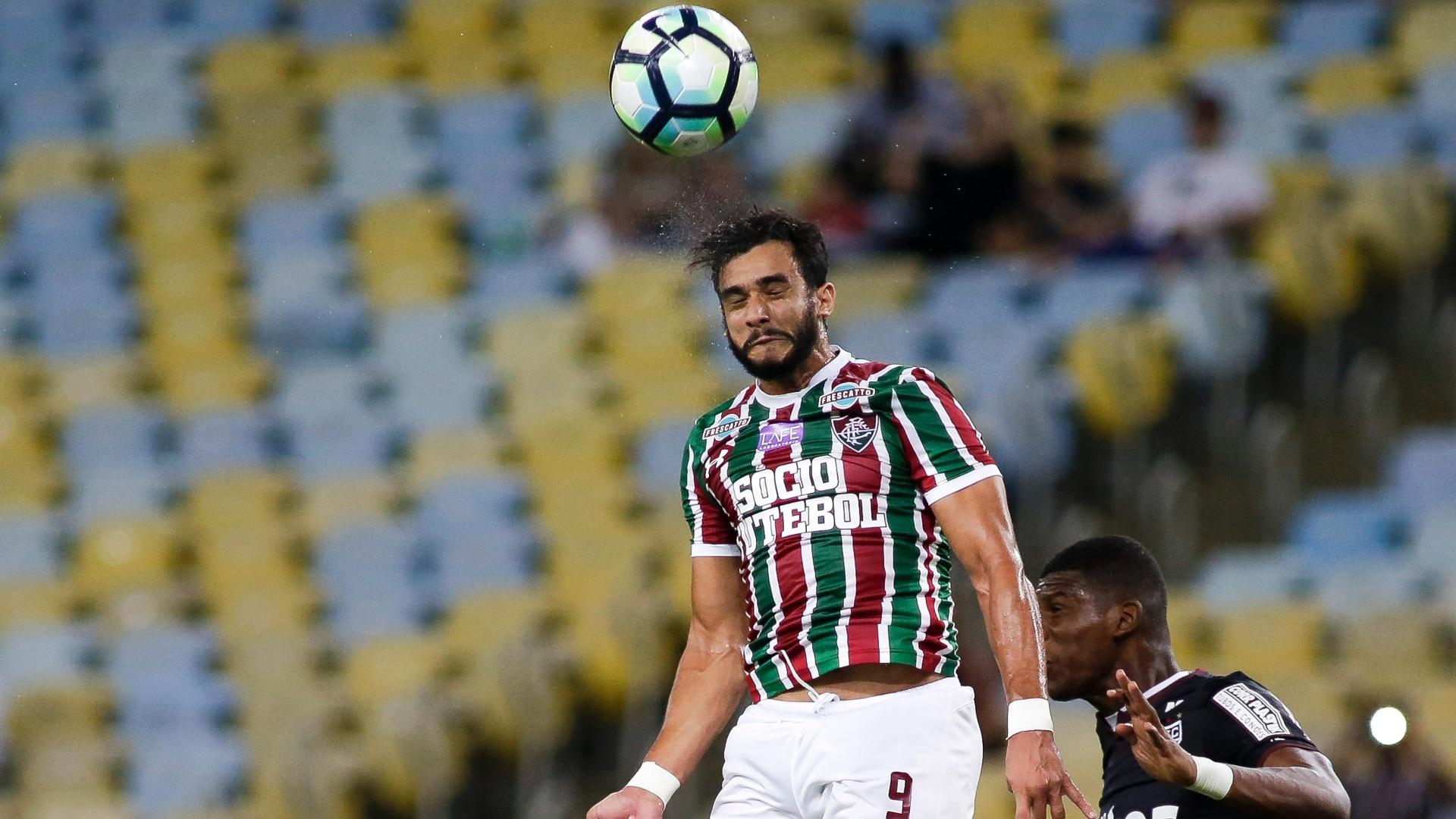 Henrique, do Fluminense, disputa bola com jogador do São Paulo