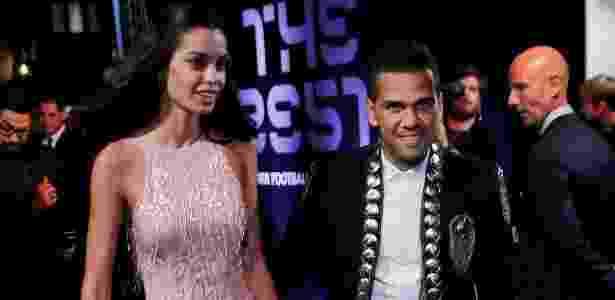 Daniel Alves com a mulher na premiação; lateral foi o escolhido como capitão de Tite - Eddie Keogh/Reuters
