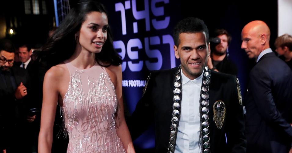Daniel Alves e a mulher Joana Sanz posam antes do início da premiação da Fifa