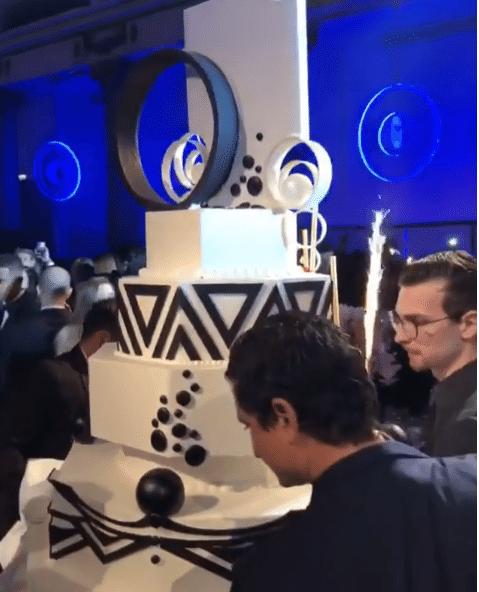 Neymar tem bolo de aniversário gigante