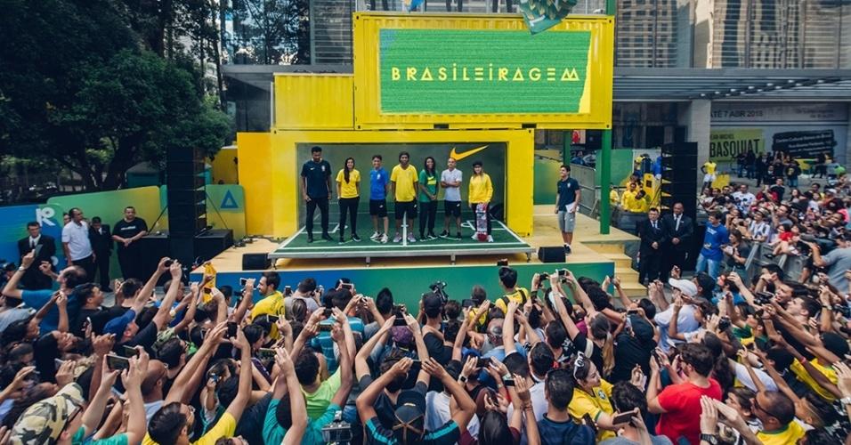 Ronaldinho participa de evento de lançamento da camisa da seleção