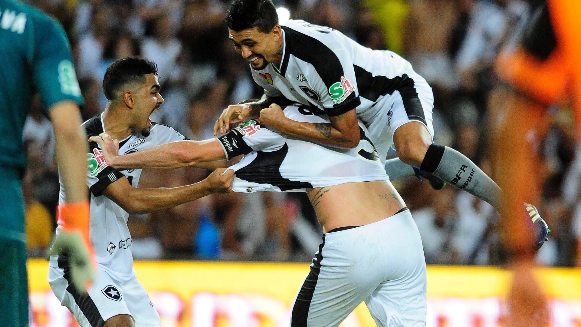 Jogadores do Botafogo comemoram gol de Carli diante do Vasco na decisão do Campeonato Carioca 2018