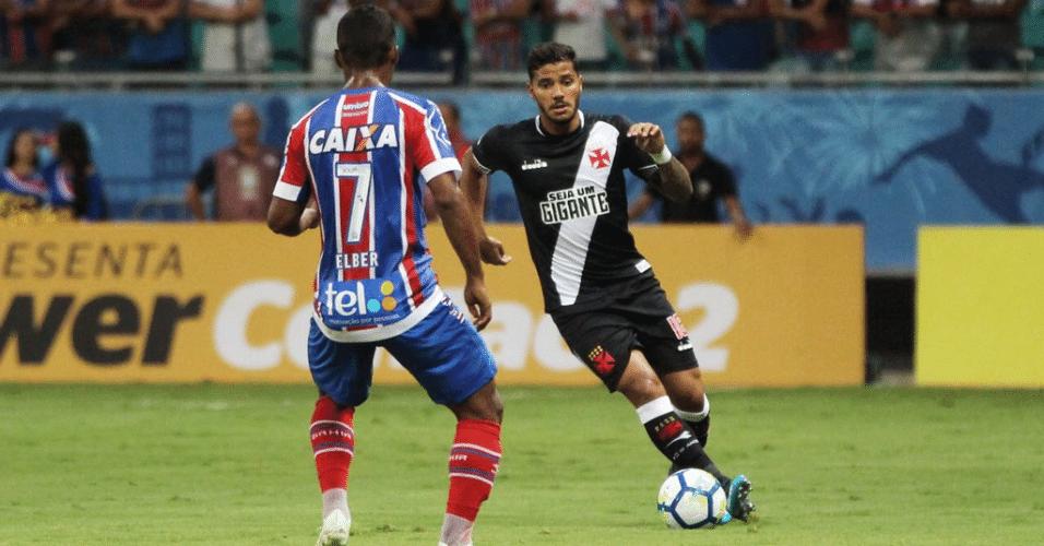 Henrique, do Vasco, encara marcação em partida contra o Bahia pela Copa do Brasil