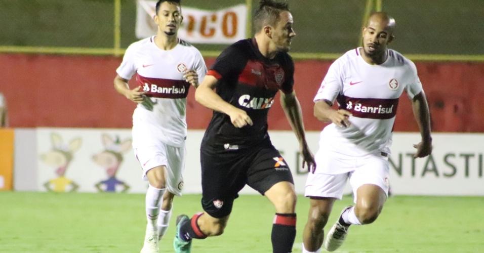 Jogadores de Vitória e Internacional disputam bola durante partida do Brasileirão