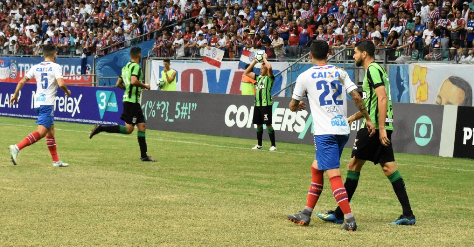 América-MG tenta atacar Bahia durante partida do Campeonato Brasileiro