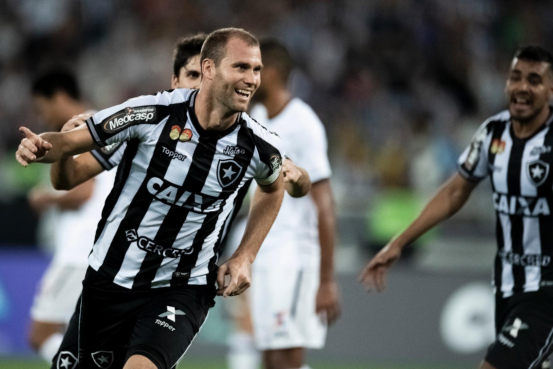 Botafogo pega Santos sem capitão Carli  veja provável escalação -  20 11 2018 - UOL Esporte b00d6c9e9d173