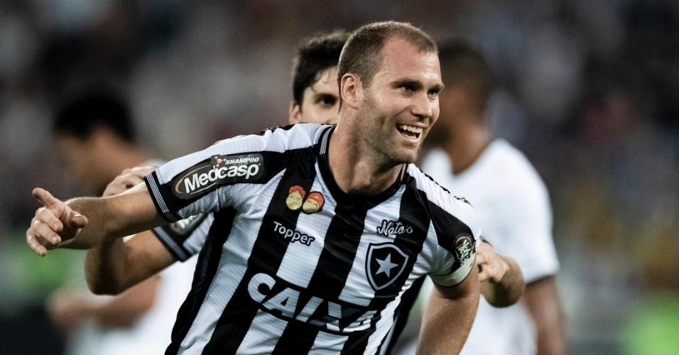 Joel Carli comemora gol do Botafogo diante do Sport no Campeonato Brasileiro 2018